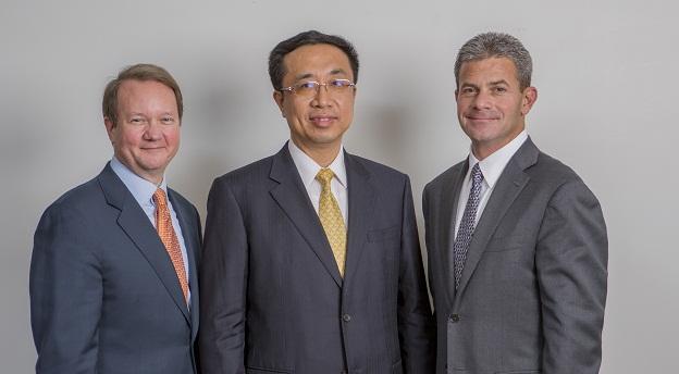 Joe Andrew (stânga), Peng Xuefeng (centru) și Elliott Portnoy (dreapta) vor conduce Dacheng Dentons, firma cu cel mai mare număr de avocați din lume. Sursă foto: Dentons.