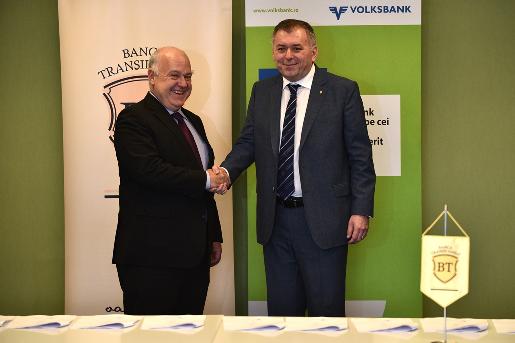 De la stânga la dreapta Michael Mendel – Președinte al Consiliului de Supraveghere al Volksbank România și Horia Ciorcilă Președinte al Consiliului de Administrație al  Băncii Transilvania. Sursă foto: BT.