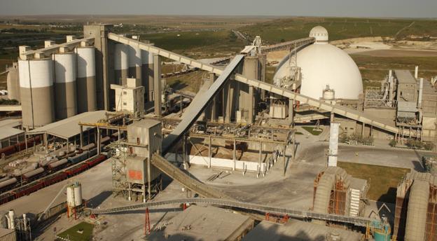 Fabrica de ciment Medgidia a Lafarge este orientată către export, dat fiind accesul imediat la Marea Neagră. Sursă foto: Lafarge.