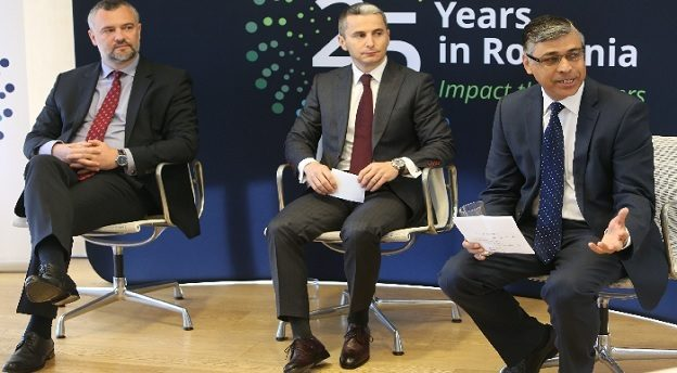 De la stânga la dreapta, Andrei Burz-Pînzaru (Partener Reff&Asociații), Alexandru Reff (Country Managing Partner Deloitte România și Moldova), Ahmed Hassan (ex-Country Managing Partner Deloitte România și Moldova, acum lider de risc pentru Deloitte Europa Centrală și membru al Comitetului Executiv regional). Sursă foto: Deloitte.