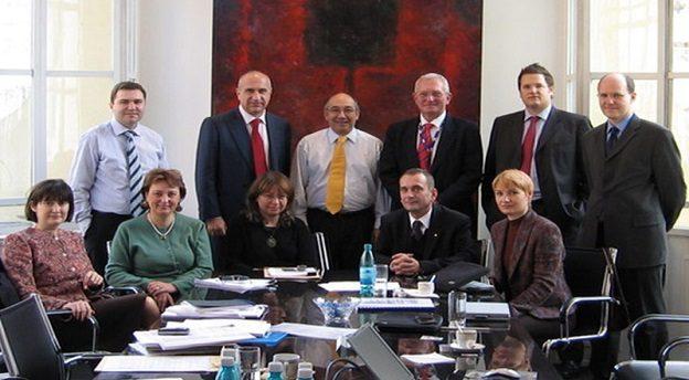 Tiberiu Urdăreanu (al doilea pe rândul de sus de la stânga la dreapta), acționarul majoritar al UTI, și Doina Popescu (prima din stânga de pe rândul de jos), omul care conduce operațiunile locale ale PineBridge Investments, la momentul tranzacției din 2005 prin care fondul de investiții intra ca acționar minoritar în afacerea UTI. Sursă foto: UTI.